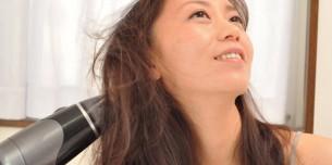 良い香りドライヤーで髪を乾かす