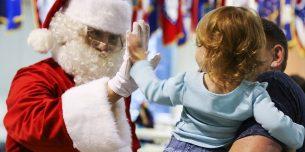 サンタのおじさんと2歳の子供