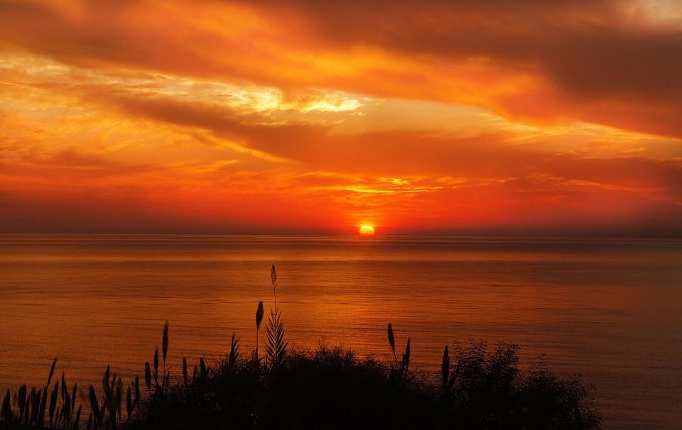 日が沈む夕焼け